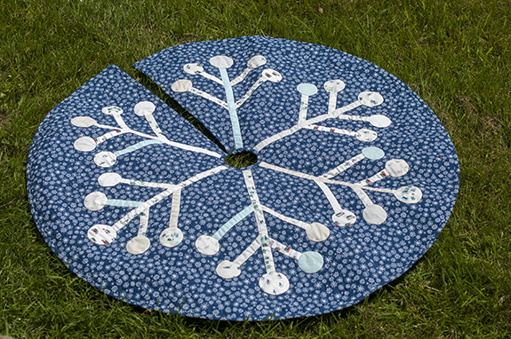 Snowflake tree skirt small